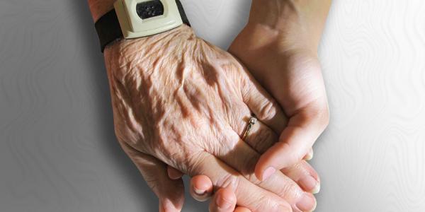 年を重ねた人の手と若い人の手