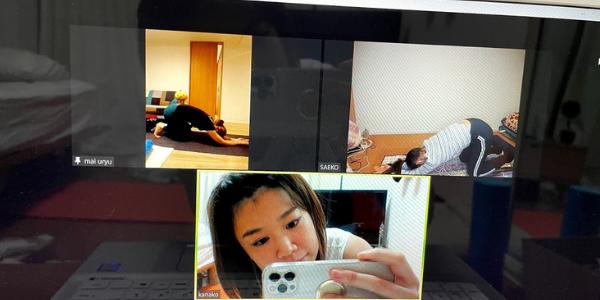 ピラティスインストラクター同士でオンラインレッスンをしている風景