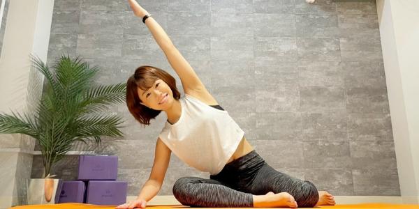 健康的な運動である有酸素運動のピラティスを行っている女性