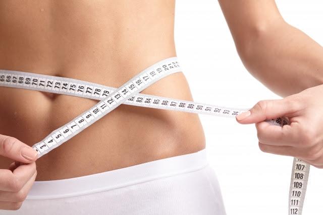 お正月太りを解消しようとダイエットに励む女性
