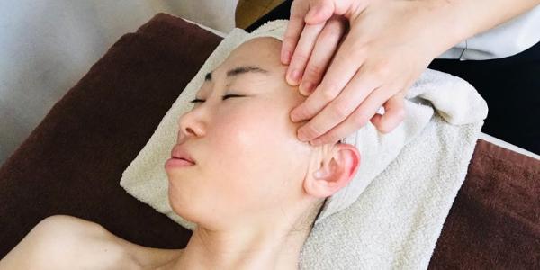 小顔調整の施術を受けている女性