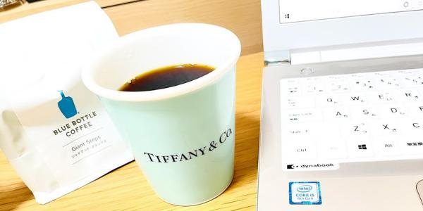 パソコンとコーヒー豆と淹れたてのコーヒー