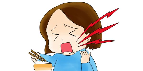 顎関節症で食べるときに痛みを感じている女性