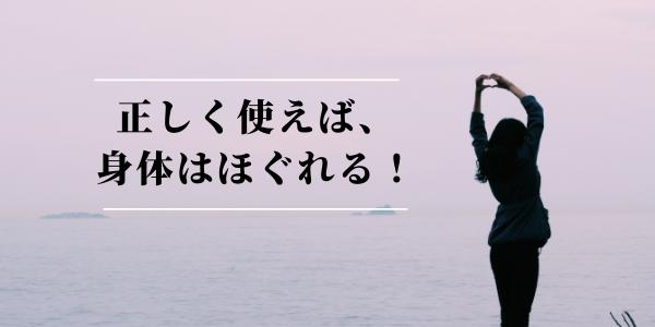 水辺で手を挙げている女性