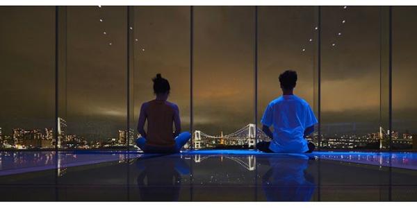 ヒルトン東京お台場のウェルネスプログラム TOKYO panoramic YOGAでの夜のレッスン風景