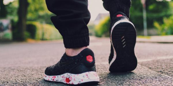 スニーカーを履いて歩いている男性