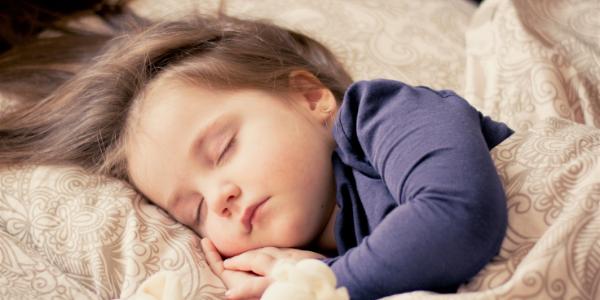 寝ている海外の子供